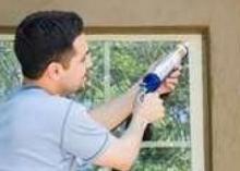 Чем заделать щели в окнах